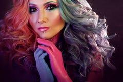 Красивая женщина с яркими волосами Картина тела и яркая расцветка волос Стоковые Изображения RF