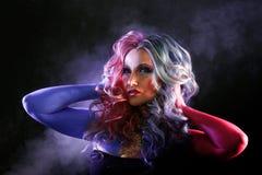 Красивая женщина с яркими волосами Яркий цвет волос стоковое изображение
