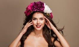 Красивая женщина с яркими цветками на ее голове Стоковые Изображения