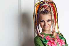 Красивая женщина с яркими dreadlocks цветов Стоковая Фотография