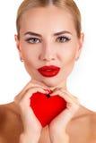 Красивая женщина с ярким составом и красным сердцем Стоковые Фотографии RF
