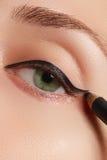 Красивая женщина с яркой составляет глаз с сексуальным черным составом вкладыша Форма стрелки моды Шикарный состав вечера Остросл Стоковые Фотографии RF