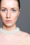 Красивая женщина с ясной кожей и nacklace perl стоковая фотография