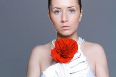 Красивая женщина с ясными кожей, красной розой и ожерельем perl Стоковые Изображения RF
