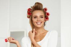 Красивая женщина с Curlers волос, роликами волос на здоровое курчавом Стоковые Фото