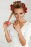 Красивая женщина с Curlers волос, роликами волос на здоровое курчавом Стоковые Изображения