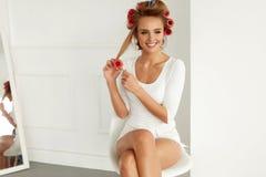 Красивая женщина с Curlers волос, роликами волос на здоровое курчавом Стоковое Фото
