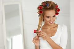 Красивая женщина с Curlers волос, роликами волос на здоровое курчавом Стоковая Фотография RF