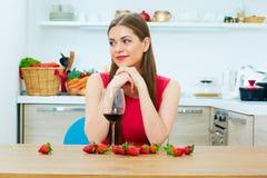 Красивая женщина с glas красного вина Стоковое Фото