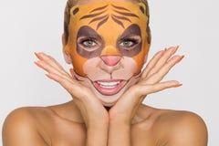 Красивая женщина с moisturizing лицевым щитком гермошлема леопарда Маска с леопардом, котом стоковые изображения rf