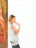 Красивая женщина думая о сообщении художника Стоковое Фото