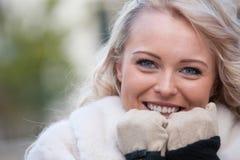 Красивая женщина усмехаясь с перчатками Стоковое фото RF
