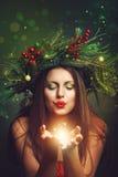 Красивая женщина дуя волшебная пыль Стоковые Фото