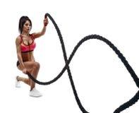 Красивая женщина фитнеса делая тренировку crossfit используя веревочку Стоковые Фотографии RF