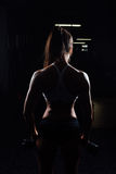 Красивая женщина фитнеса с поднимаясь гантелями Стоковые Фото