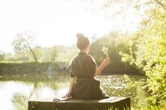 Красивая женщина черных волос наслаждаясь зацветая деревом Стоковое фото RF