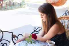 Красивая женщина читая газету в кафе Стоковые Фото