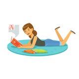 Красивая женщина читая книгу пока лежащ на ее характере живота красочном иллюстрация штока