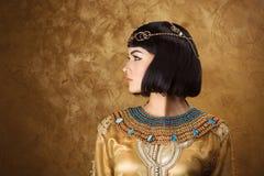Красивая женщина любит египетский ферзь Cleopatra на золотой предпосылке Взгляд со стороны, лобовой профиль Стоковое Изображение
