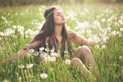 Красивая женщина hippie наслаждаясь солнцем Стоковое фото RF