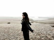 Красивая женщина na górze холма в туманном утре стоковое фото