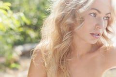 Красивая женщина outdoors наслаждаясь природой в платье на мёде лета Стоковая Фотография RF