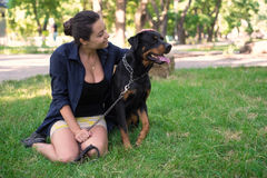 Красивая женщина petting собака над взглядом Стоковые Фото