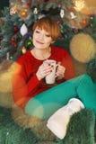 Красивая женщина Redhead в кресле Стоковая Фотография RF