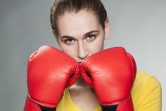 Красивая женщина 20s защищая против столкновения или насилия Стоковые Изображения RF