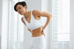 Красивая женщины чувства боли задняя часть внутри, Backache Вопрос здравоохранения Стоковые Изображения RF