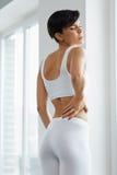 Красивая женщины чувства боли задняя часть внутри, Backache Вопрос здравоохранения Стоковая Фотография