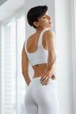 Красивая женщины чувства боли задняя часть внутри, Backache Вопрос здравоохранения Стоковое фото RF