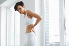 Красивая женщины чувства боли задняя часть внутри, Backache Вопрос здравоохранения Стоковая Фотография RF
