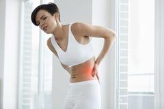 Красивая женщины чувства боли задняя часть внутри, Backache Вопрос здравоохранения Стоковые Изображения