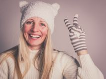 Красивая жизнерадостная женщина в шляпе и перчатки показывая v-знак стоковое фото rf