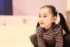 Красивая жизнерадостная маленькая девочка играя землю удовольствия на спортивной площадке стоковое изображение