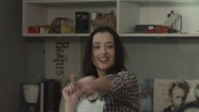 Красивая, жизнерадостная девушка hamming и смех видеоматериал