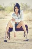 Красивая джинсовая ткань женщины замыкает накоротко верхнюю часть в пустыне Стоковые Изображения RF