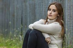 Красивая заботливая молодая женщина с красными волосами Стоковые Фото