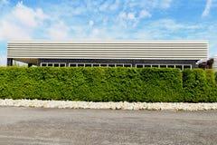 Красивая загородка дерева, зеленое поле и камень с голубым небом и clo Стоковые Фотографии RF