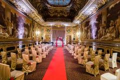 Красивая зала дворца для свадебной церемонии стоковые фото
