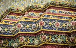 Красивая застекленная плитка украшает пагоду, Wat Pho, Таиланд Стоковая Фотография