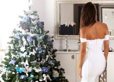 Красивая задняя часть молодой женщины в белом сексуальном платье Стоковые Фото