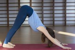 Красивая здоровая женщина делает тренировки в спортзале, конец йоги вверх стоковое изображение