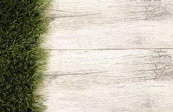Красивая зеленая трава на старой ткани деревянной доски Стоковые Фото