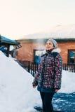 Красивая зима девушки outdoors Стоковая Фотография RF