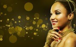 Красивая золотая женщина очарования Стоковые Изображения