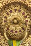 Красивая золотая ручка двери в монастыре Rumtek в Gangtok, Индии стоковые фото