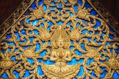 Красивая золотая часовня щипца с выгравированной скульптурой ангела  Стоковая Фотография RF