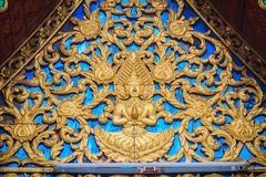 Красивая золотая часовня щипца с выгравированной скульптурой ангела  Стоковое Изображение